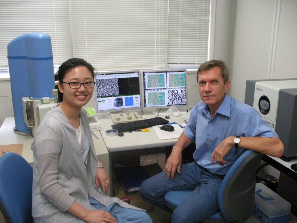 Исследования на электронном сканирующем микроскопе, проф. Ефременко В.Г. и аспирантка Яо Чжан (Китай), Муроранский институт технологии (Япония), 2016 г.
